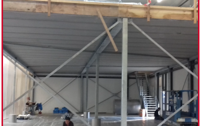 Staalconstructie en verdiepingsvloer met een monolithische afwerking